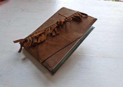 notitieboek met lijnen en franjes