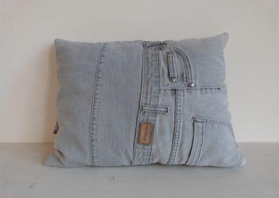 grey washed denim jeans kussen