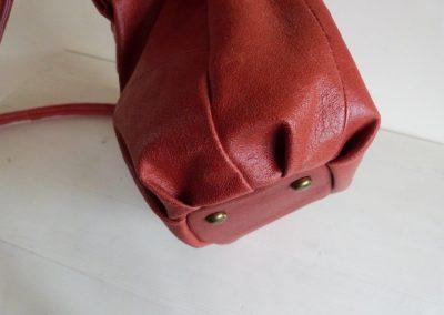 rood leren schoudertas geplooide zijkant