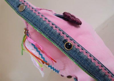 Roze tas gerecycled jeans zijkant