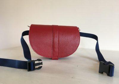 kleine rode tas heuptas voor